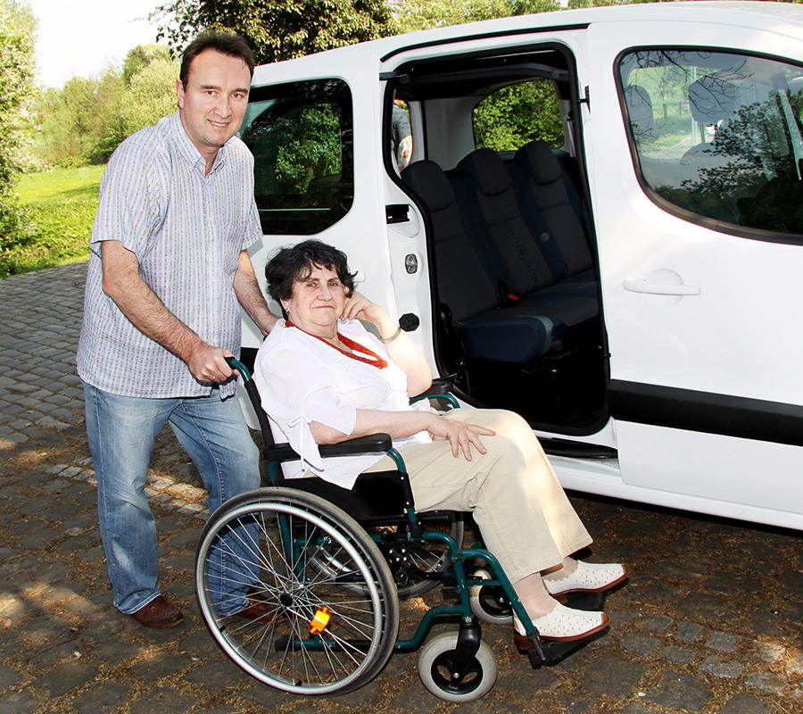 Rolstoelbussen geven mensen in een rolstoel de mogelijkheid zelfstandig van A naar B te gaan.