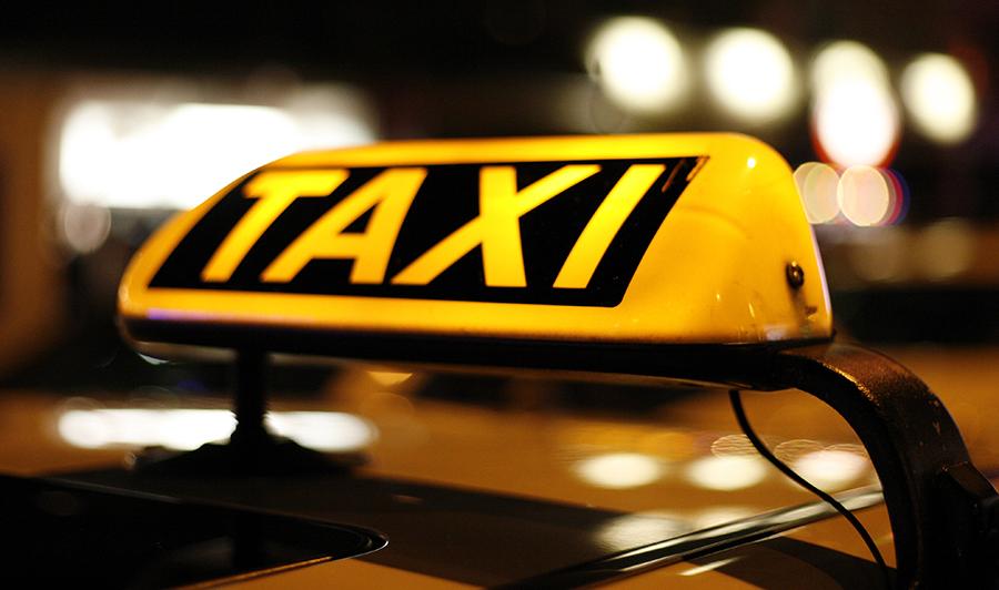 Taxicentrales zijn telefonisch te bereiken en voorzien in flexibel vervoer.
