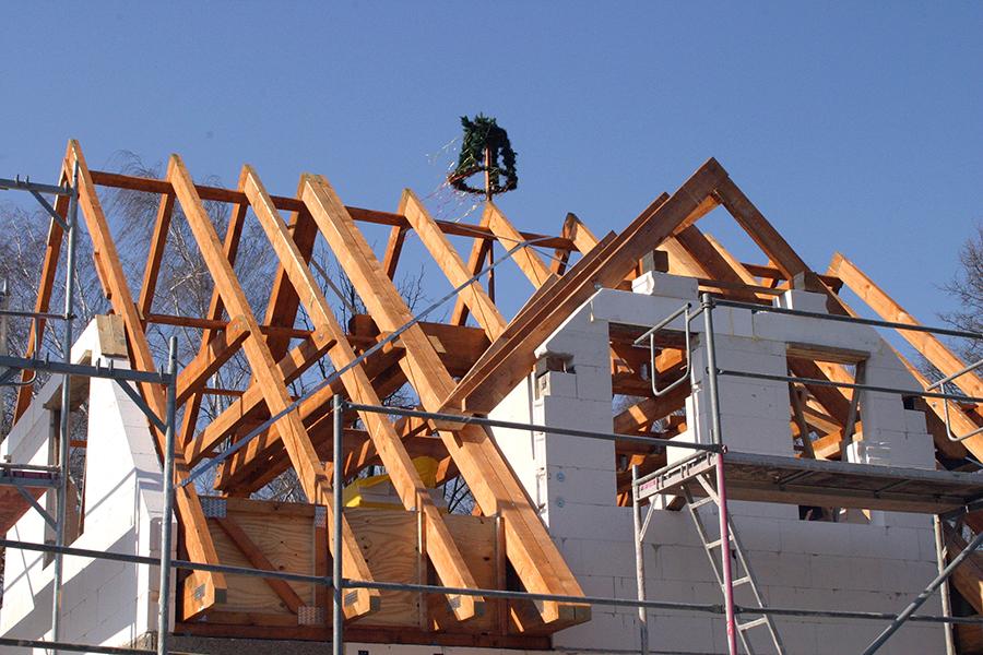 Het houten skelet van een dak wordt ook gemaakt door timmermannen.