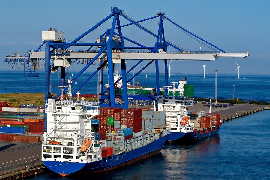 Sommige vervoersbedrijven berzorgen slechts een pakketje. Anderen gaan per schip de oceaan over met containers vol goederen.