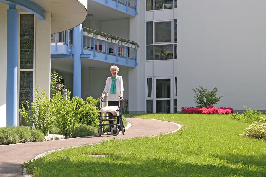 Deze mevrouw verlaat haar verzorgingshuis om een stukje te gaan ...: www.uw-adres.nl/verpleeghuis_verzorgingshuis_verpleegtehuis-noord...