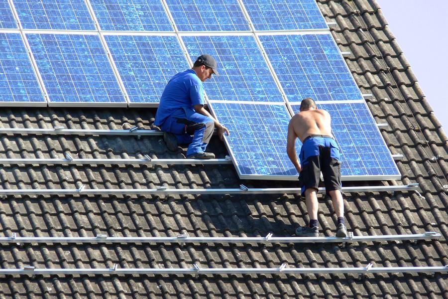 Een zonnepaneel op uw dak kan energie besparen.