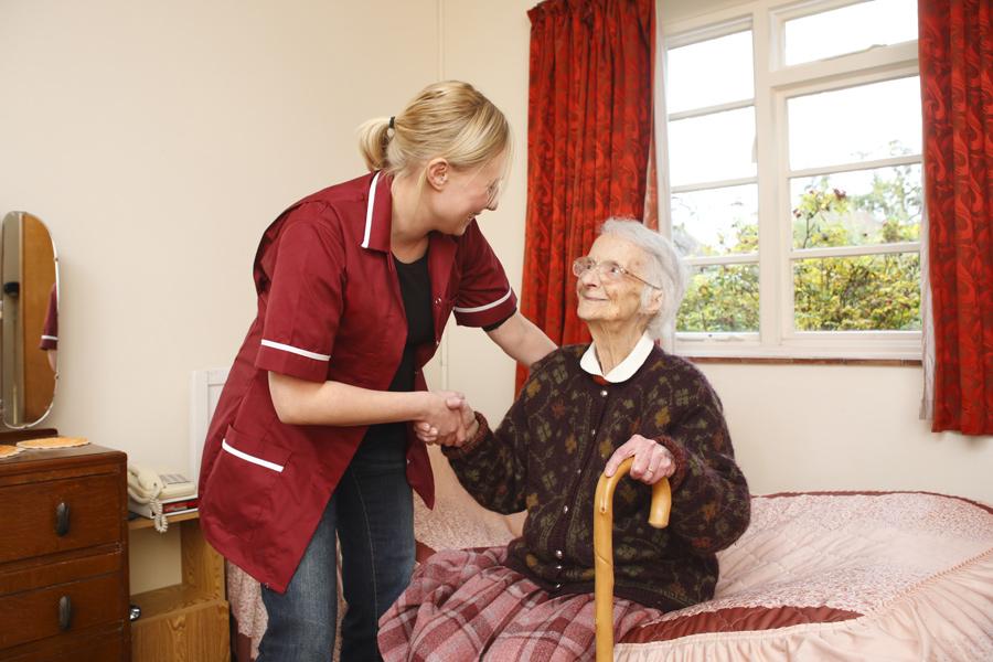 Een zorgcentrum wordt meestal in verband gebracht met ouderenzorg.