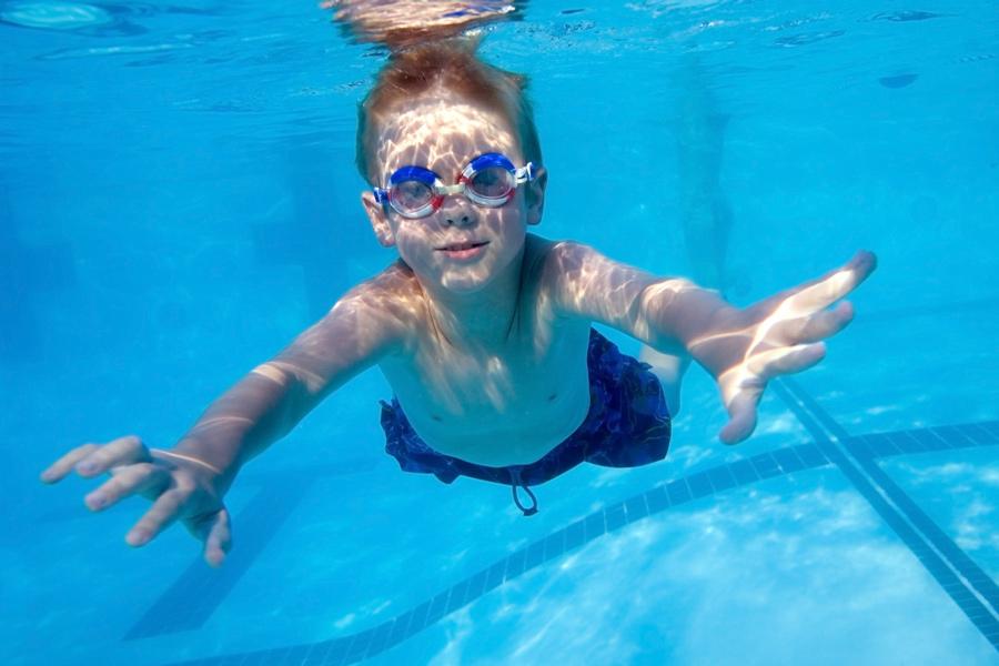 Onderwater zwemmen doe je in de zwemles voor het B-diploma.